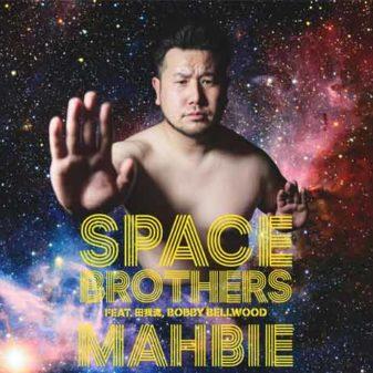 mahbie qui pose pour la couverture du single Space brothers