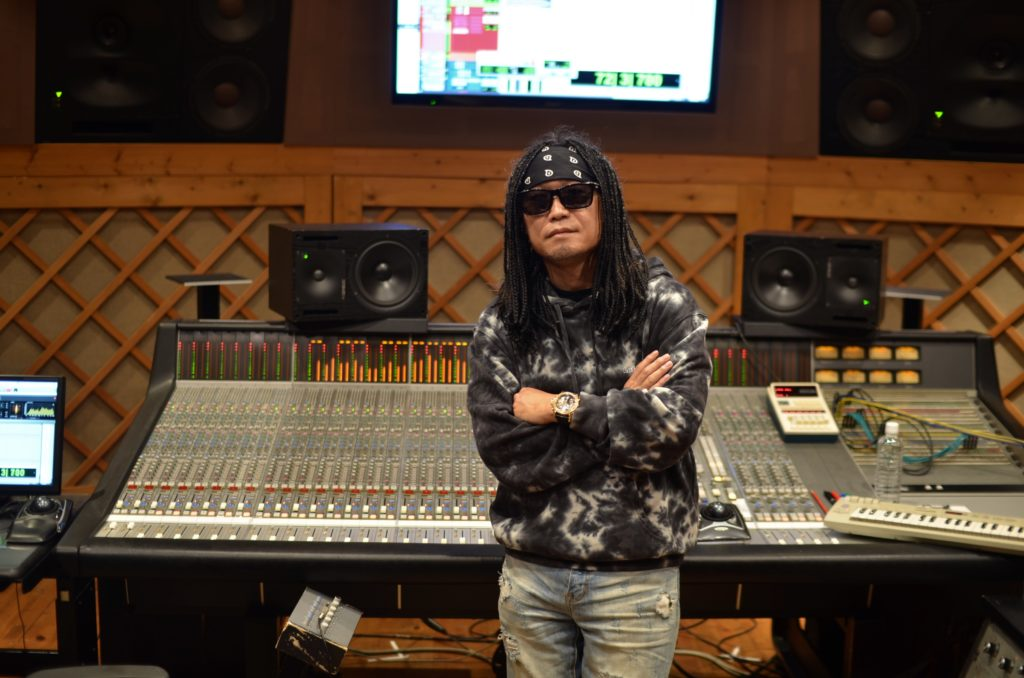 DJ PMX dans son studio à Yokohama